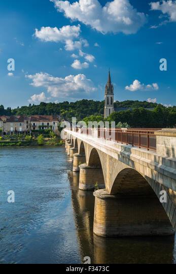 the bridge over the Dordogne River at Lalinde, Pays de Bergerac, Périgord, Dordogne, Aquitaine, France - Stock Image