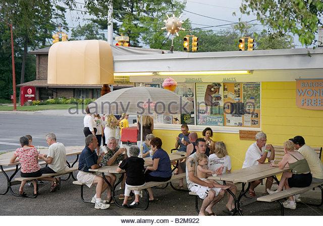 Michigan Traverse City Bardon's Wonder Freeze outdoor ice cream stand benches man men woman women boy families - Stock Image