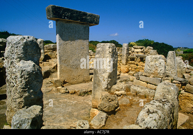 Taula de Torralba stone enclosure with capped upright stone to the West of Mahon on the Balearic Island of Menorca - Stock Image
