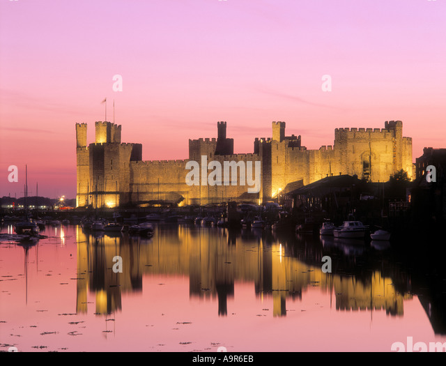 Caernarfon Castle Caernarfon Merionethshire Snowdonia National Park Wales at twilight - Stock-Bilder