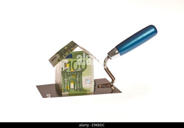 Haus aus Euro Geld auf einer Maurer Kellle - Stock-Bilder
