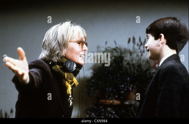 DIANE KEATON (PORTRAIT) ACTOR / DIRECTOR 'UNSTRUNG HEROES' (1995) ON SET WITH NATHAN WATT KEAT 002 MOVIESTORE - Stock-Bilder