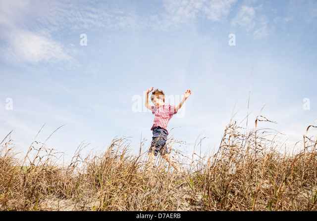child running through dunes - Stock-Bilder