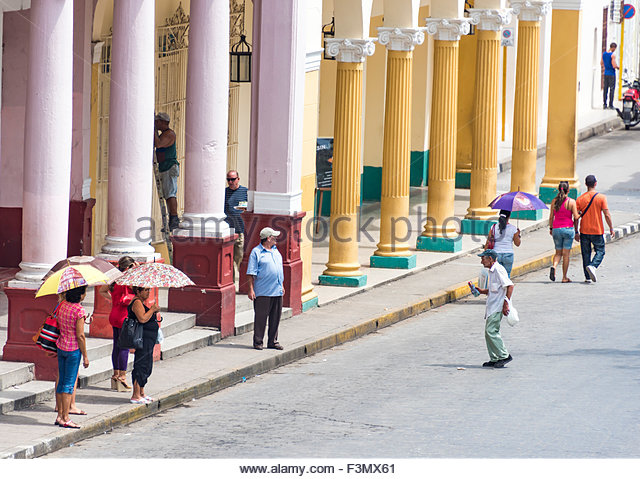 Spanish Colonial architecture and everyday life in Cuba: Giant round pillars of an old colonial building in the - Stock-Bilder