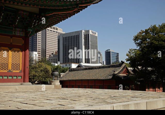 Royal palace Gyeongun-gung, Deoksugung Palace, and modern architecture in the Korean capital city Seoul, South Korea - Stock Image