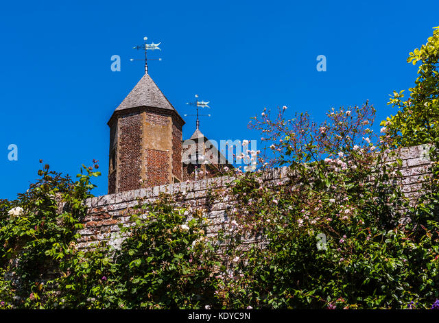 Castle tower and rose wall at Sissinghurst Gardens, Kent, UK - Stock Image
