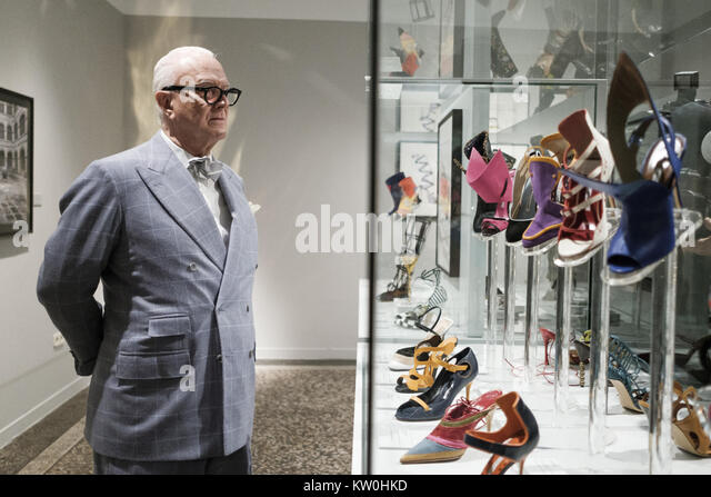 Artes decorativas stock photos artes decorativas stock for Shoe designer manolo blahnik