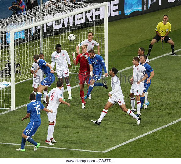 24/06/2012 Kiev. Euro 2012 Football. England v Italy. Joe Hart comes under pressure from Daniele De Rossi. Photo: - Stock-Bilder