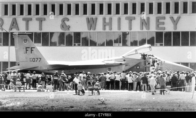 Mar 23, 1980 - Loxahatchee, Florida, U.S. - Crowd looks over the F15 after demonstration at Pratt & Whitney - Stock-Bilder