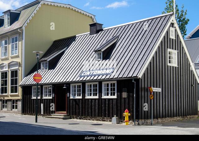 Oldest house now a restaurant in traditional old wooden building. Aðalstræti, Reykjavik, Iceland - Stock-Bilder