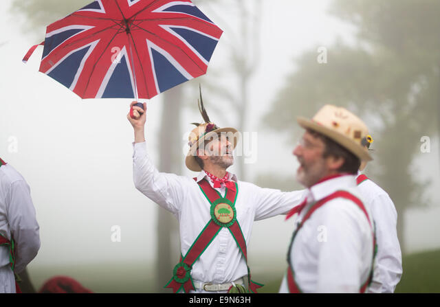 In thick fog, Keith Willis of Chanctonbury Ring Morris Men looks to the heavens as the group perform their traditional - Stock-Bilder