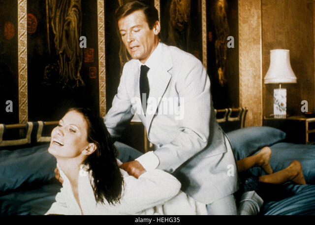 MAUD ADAMS & ROGER MOORE JAMES BOND: THE MAN WITH THE GOLDEN GUN (1974) - Stock Image