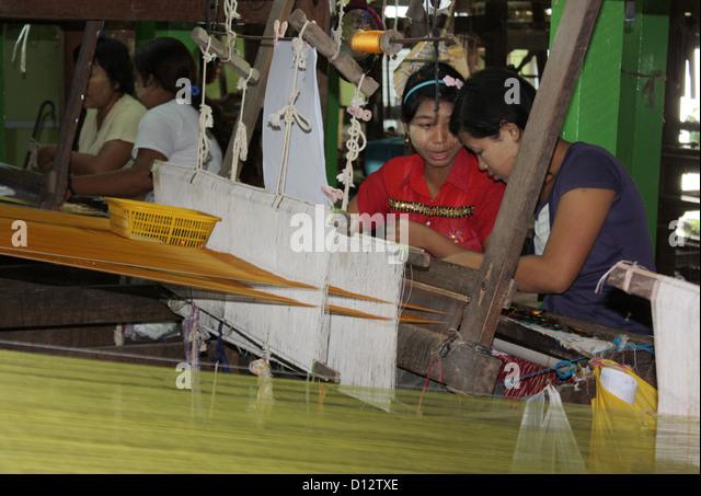 Women work at the silk weaving factory in Mandalay (Amarapura Township), Myanmar, 25 October 2012. Photo: Rolf Zimmermann - Stock-Bilder