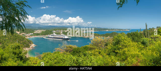 Cruise liner in Santa Maria Huatulko bay, Mexico - Stock Image