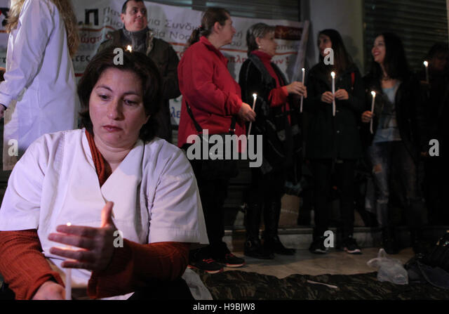 Athens, Greece. 21st Nov, 2016. People hold candles during a protest at the entrance of the Health Ministry in Athens, - Stock Image
