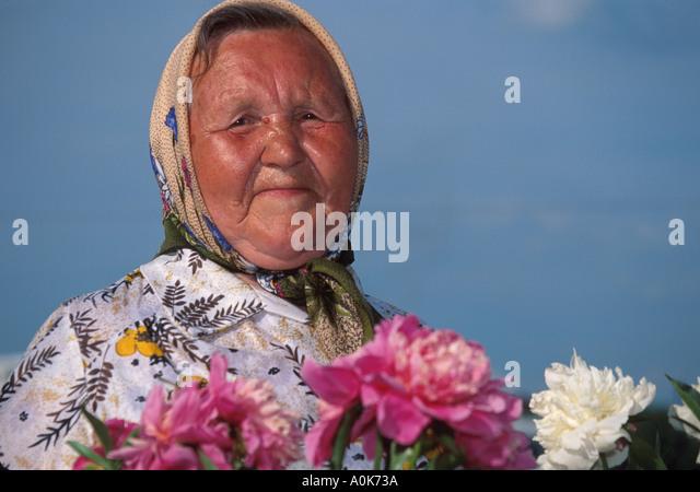 Russia former Soviet Union Yaroslavl resident sells flowers - Stock Image