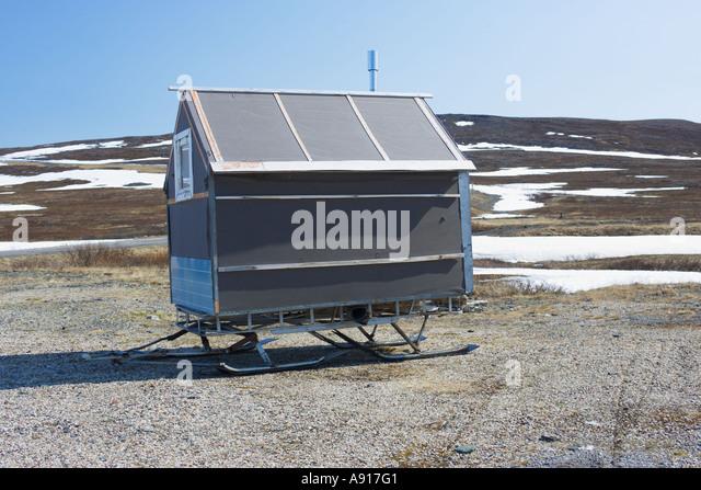 Hut on skis in snowy Arctic tundra landscape - Stock-Bilder