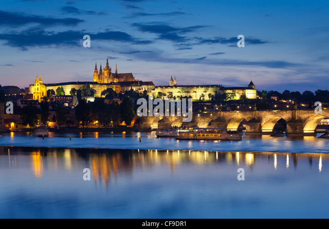 St. Vitus Cathedral, and the River Vltava at dusk, Prague, Czech Republic - Stock-Bilder