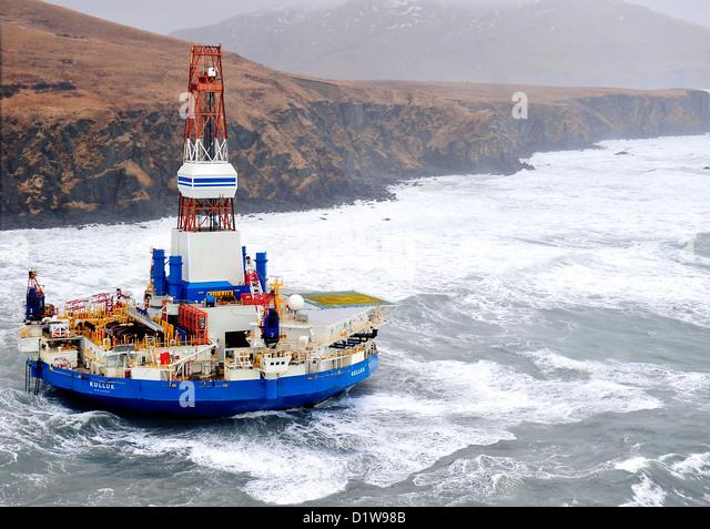 USCG oil drilling arctic platform Kodiak Kulluk MH-60 Jayhawk Alaska accident disaster tow towing energy Sitkalidak - Stock Image