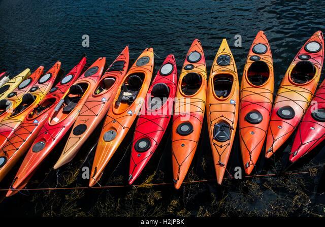 Multicolour abstract pattern of a row of Kayaks docked in Massachusetts, USA - Stock-Bilder