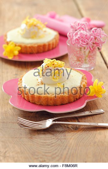 Individual lemon cheesecakes with yoghurt balls - Stock Image