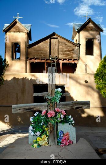 Courtyard wooden cross and Santuario de Chimayo, Chimayo, New Mexico USA - Stock Image