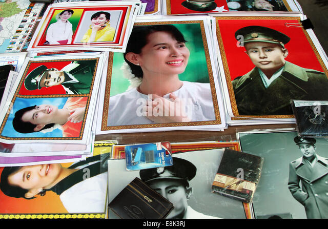 Posters of opposition leader Aung San Suu Kyi and her late father, independence hero Aung San, on sale in Rangoon, - Stock-Bilder