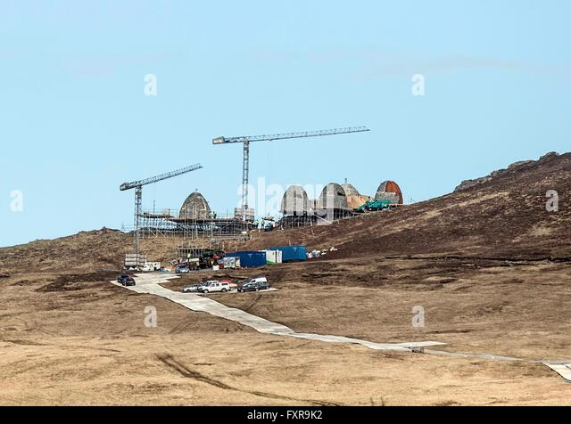 Dingle, Ireland. 16th April, 2016. Five lookalike 'Beehive'Huts' pictured under construction on the - Stock Image