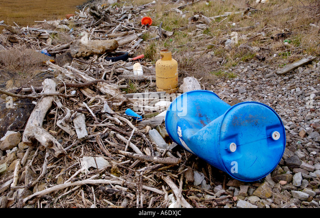 Tidal foreshore with rubbish washed up by tide at edge of Newport Wetlands National Nature Reserve Newport South - Stock Image