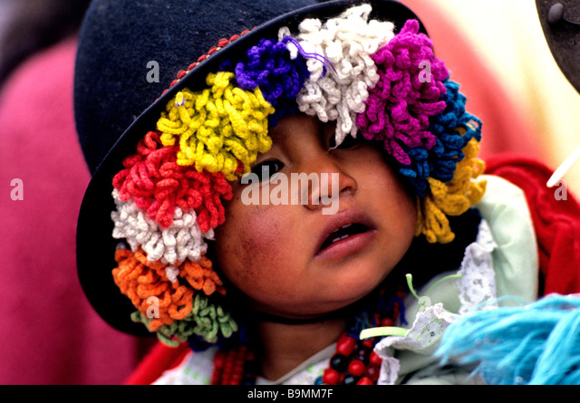 Ecuador, Cotopaxi province, Saquisili, portrait of an Indien baby on his mother's back - Stock-Bilder