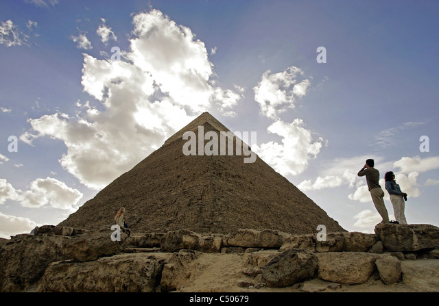 A tourist takes a photograph of the Great Pyramid of Khafre on the Giza plateau, Cairo, Egypt. - Stock-Bilder