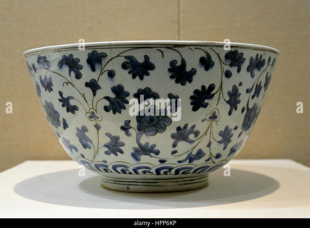 Grand porcelain bowl with crane pattern in Louvre. Made in Iran, 17th century. - Stock Image