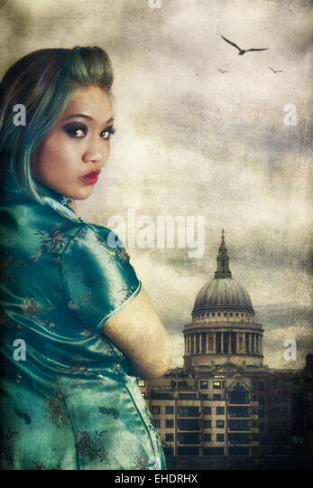 Woman wearing a Cheong Sam outside  st Paul's cathedral - Stock-Bilder