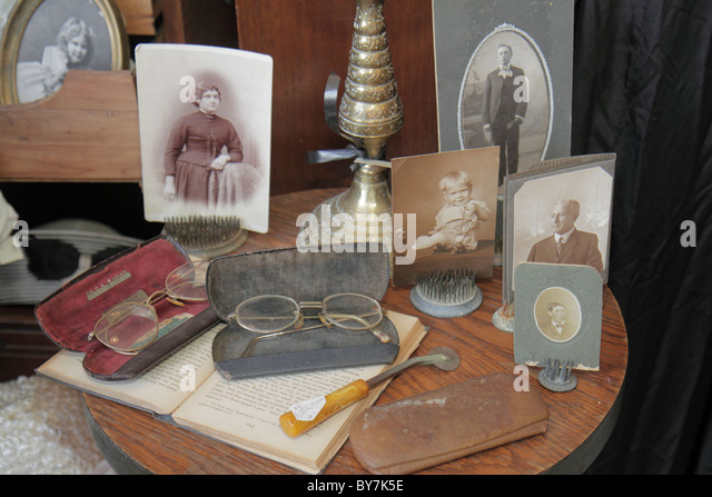 Tennessee Watertown small town historic district antique collectible store business display vintage photograph eyeglasses - Stock Image