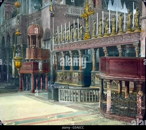 Der Chor mit dem Hauptaltar ist vom Schiff der Kirche durch eine Marmorbrüstung getrennt, auf der acht kunstreiche - Stock Image