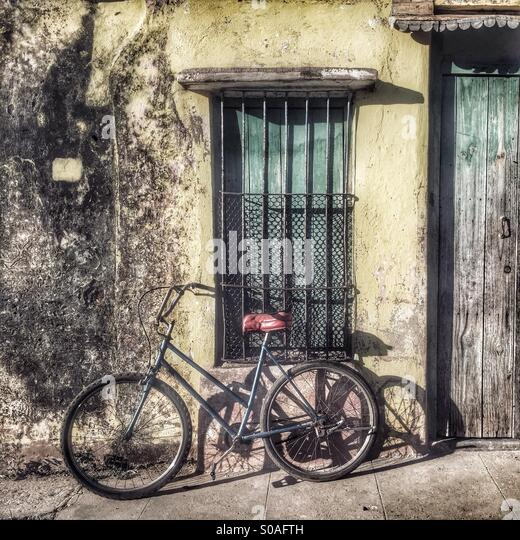 Bicycle against a wall - Stock Image