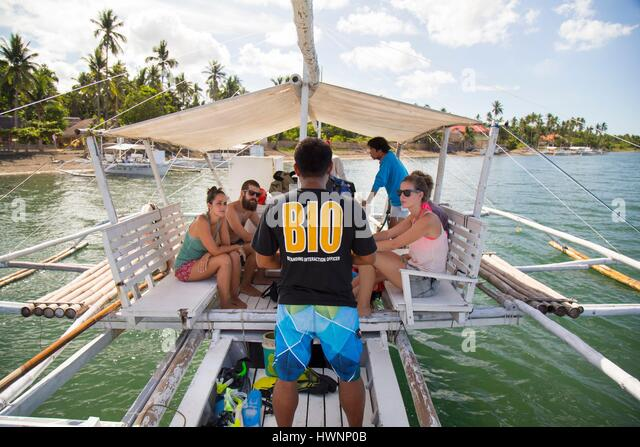 Philippines, Luzon, Sorsogon Province, Donsol, Butanding Interaction Officer (BIO) giving a briefing before swimming - Stock-Bilder