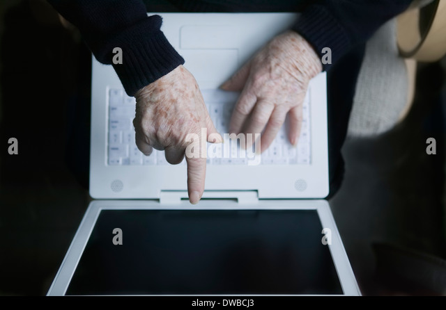 Senior woman pointing at laptop screen - Stock-Bilder