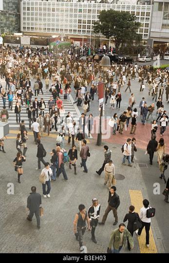 People on pedestrian crossing in tokyo - Stock Image