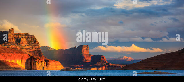 Rainbow in the Padre Bay, from Cookie Jar Butte. Lake Powell, Utah, USA - Stock-Bilder