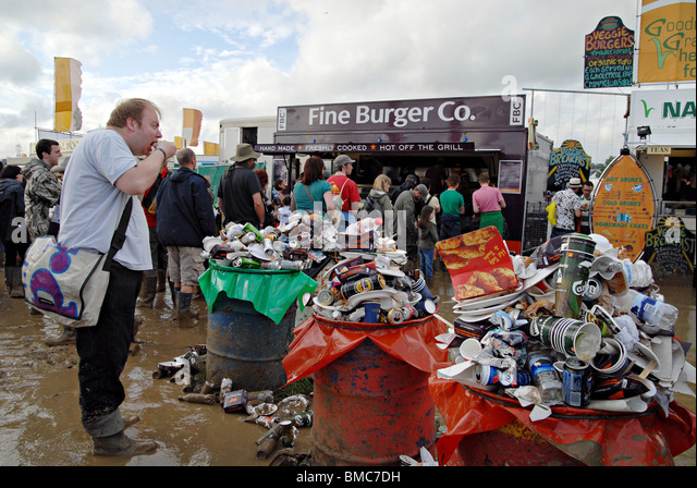 UK RUBBISH ACCUMULATED NEAR FOOD STALLS AT GLASTONBURY FESTIVAL.ENGLAND - Stock Image