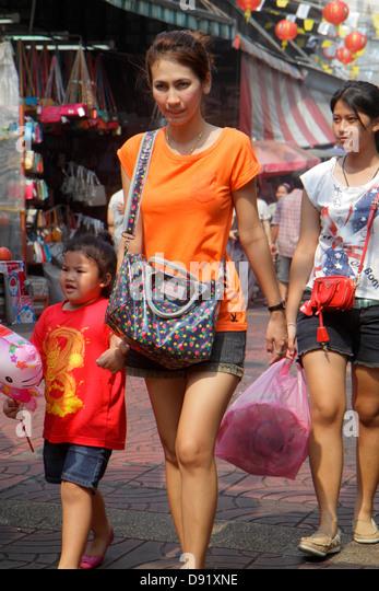 Thailand Bangkok Samphanthawong Chinatown Mangkon shopping market marketplace Asian woman mother girl daughter - Stock Image