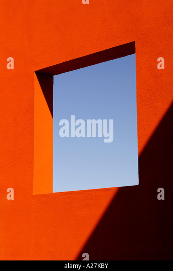 a square opening in an outside wall of a Spanish villa designed by Legorreta & Legorreta - Stock-Bilder