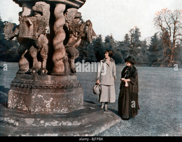 Lady Elizabeth Bowes-Lyon and the Countess of Strathmore, Glamis Castle, Scotland, 1923. - Stock Image
