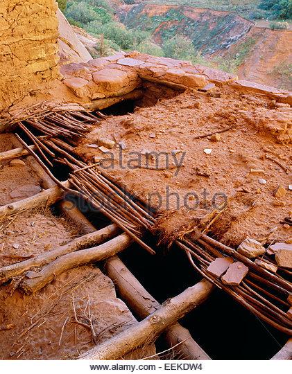Original roof detail of mud and willows,  Ancient Anasazi dwelling.  Navajo National Monument, Arizona. - Stock-Bilder
