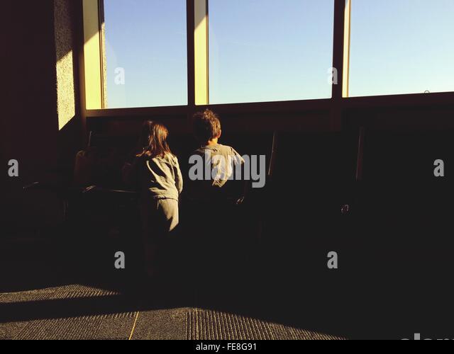 Rear View Of Siblings In San Diego International Airport - Stock-Bilder