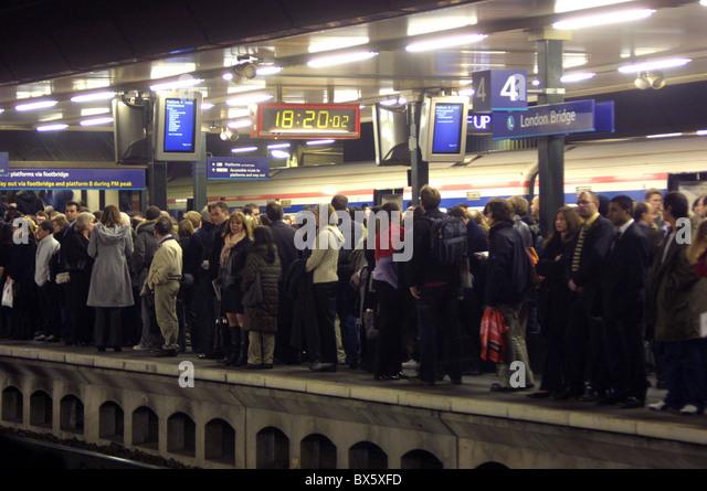 crowded train platform at London Bridge with people waiting - Stock-Bilder