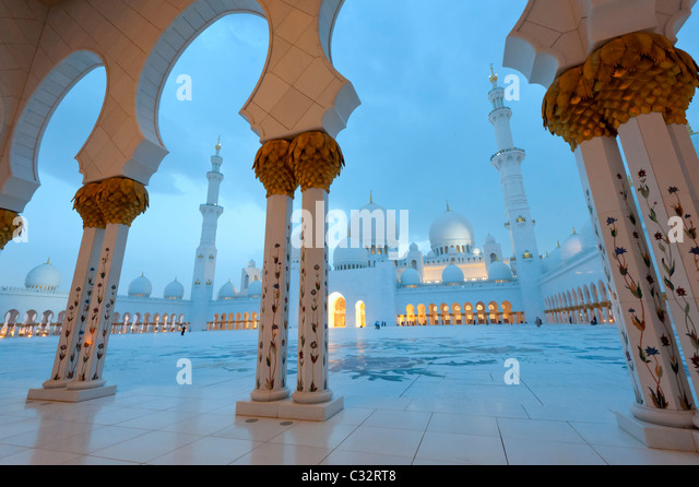Sheikh Zayed Grand Mosque at dusk in Abu Dhabi, UAE, United Arab Emirates - Stock Image