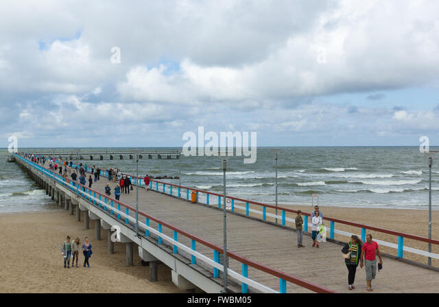 PALANGA, LITHUANIA - AUGUST 08,2015: Marine pier with a strolling tourists in the city of Palanga. - Stock-Bilder