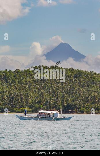Philippines, Luzon, Sorsogon Province, Donsol, boats waiting for whale shark with the Mayon Volcano in backgroud - Stock-Bilder